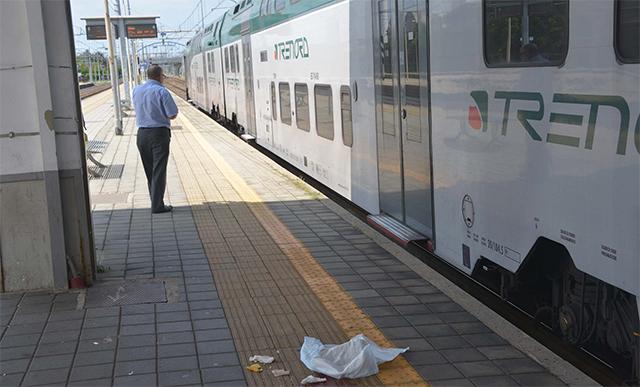 Picchiato sulla banchina, cade tra il treno ei binari: trauma cranico