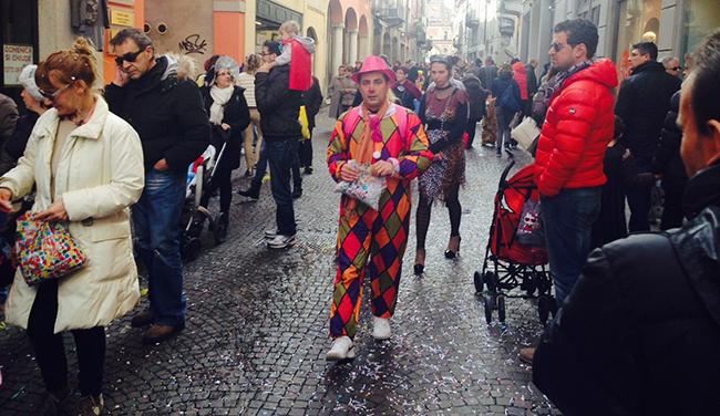 La sfilata in via Mazzini (foto © Cremaonline.it)